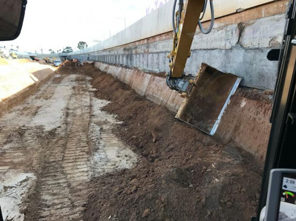 Excavating the sides of the Torrens roadway