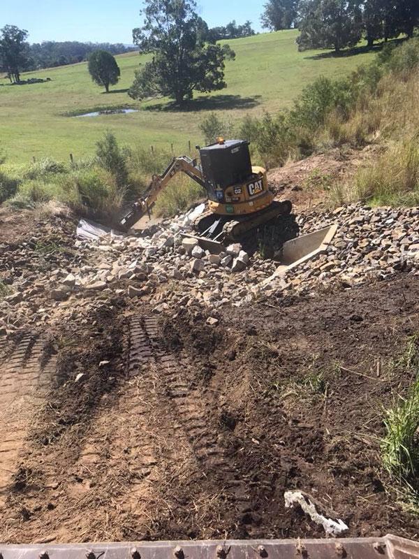 Advanced-Plant-Hire-Mini-Excavator-CAT-crushing-and-screening-kempsey