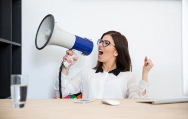 una mujer profesional gritando en un micrófono