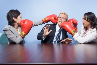 un hombre profesional recibiendo golpes de dos de sus colaboradores