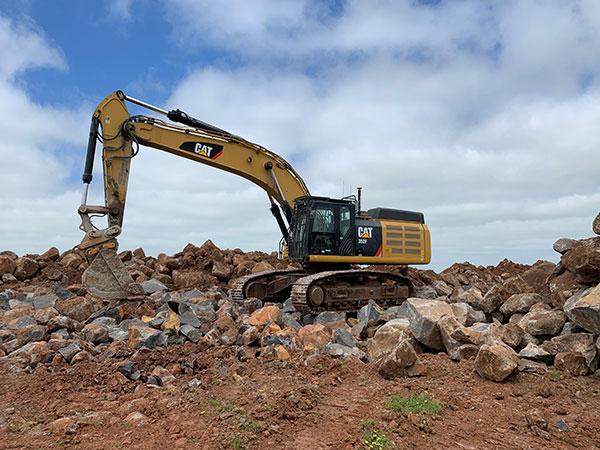 Fletcher-Bros-Solutions-excavator-on-site-rock-quarry-contracting-melbourne