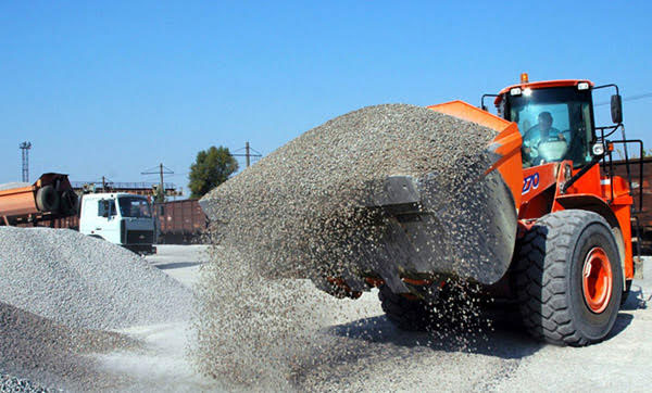 ausquip-CARTAGE-services-gold-coast-loader-carrying-gravel