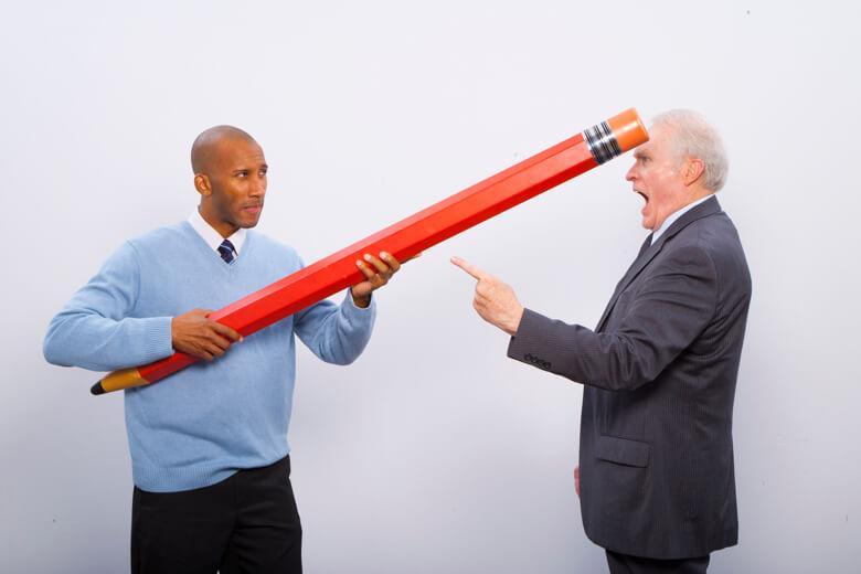 hombre con un lápiz gigante usando el borrador a su colaborador quién esta muy enojado