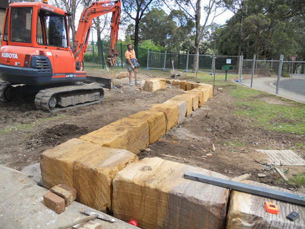 earthscape-retaining-wall-laying-excavator