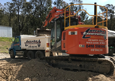 Latrobe Excavations Excavator filling tipper truck for hire with earth in the Latrobe Valley