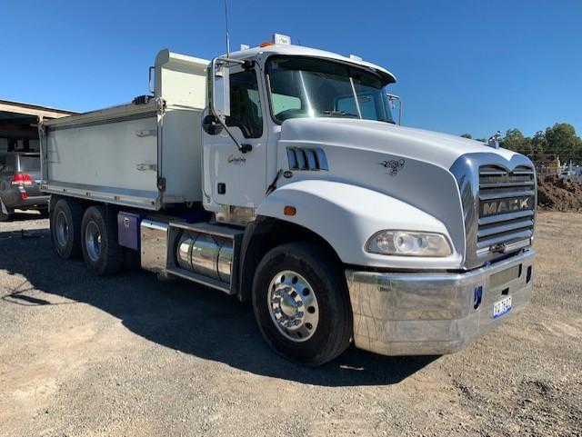 ausquip-building-waste-disposal-services-tipper-truck-hire-fleet-gold-coast